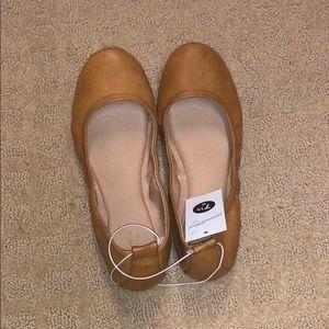 Super cute tan slippers!